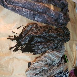 Lot of 4 scarves